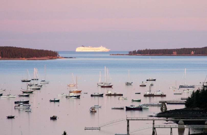 Bar_Harbor,_Maine_Cruise_Ship,_2011